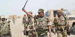 Idriss Déby avec avec ses troupe près du lac Tchad, le 4 avril 2020. © DR